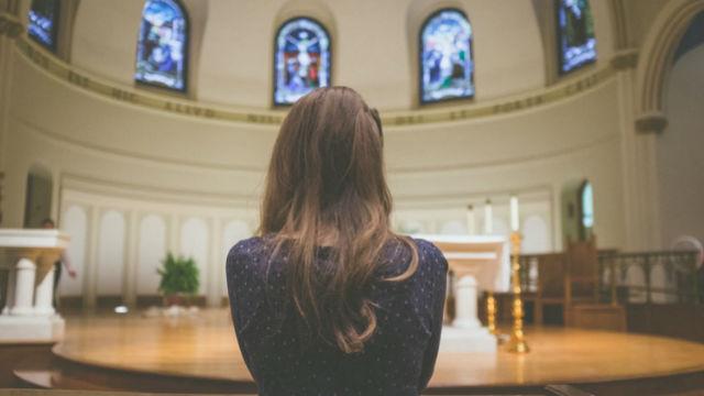 χριστιανική προσεύχεται στην εκκλησία