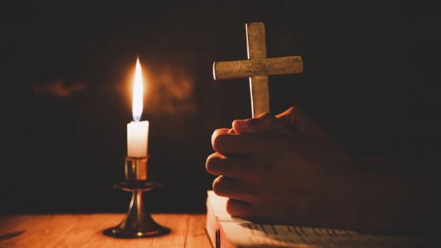Προσευχή,Βίβλος,λάμπα,σταυρός