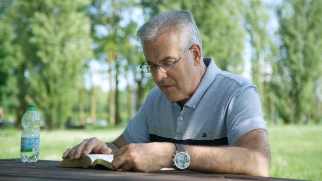 διαβάζοντας τη Βίβλο