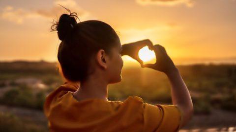 Κορίτσι,ηλιοβασίλεμα,τα χέρια,ευτυχισμένος