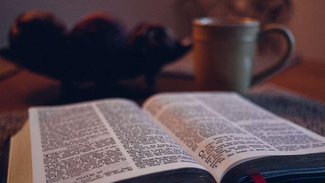 Βίβλος και καφές στο τραπέζι